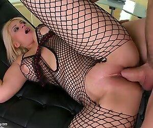 Fat pussy of blonde MILF Brooklyn Bailey gets screwed really hard