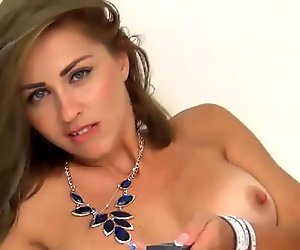Amateur Babe Fingers Pussy on Cam
