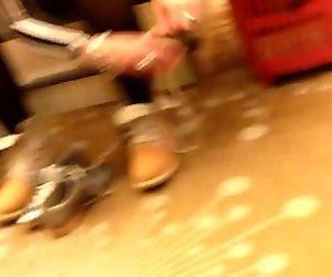 Güzel memeli ve göğüs dekoltesi 3 ayakkabı üzerinde çalışıyor