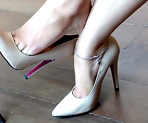 Bettina Classic High Heels Stiletto Dangling Dipping Popping Tapping Shoeplay Retifism 240    .mp4