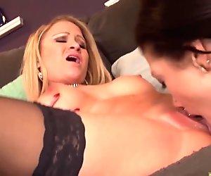 Lesbi threesome