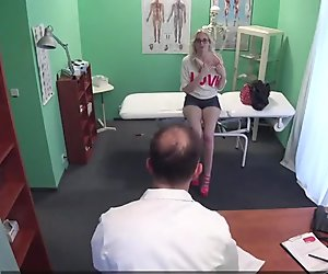 Fakehospital mager babe behöver medicinsk kuk