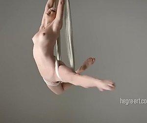 Magdalena - yoga anti-gravitate nudă