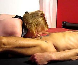 Schlampe Hausfrau leckt Freund Arsch ab und bl  st sein gepiercgt Penis