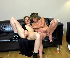 Pink dildo helps mature slut Jolan and cute girlie to reach orgasm at once